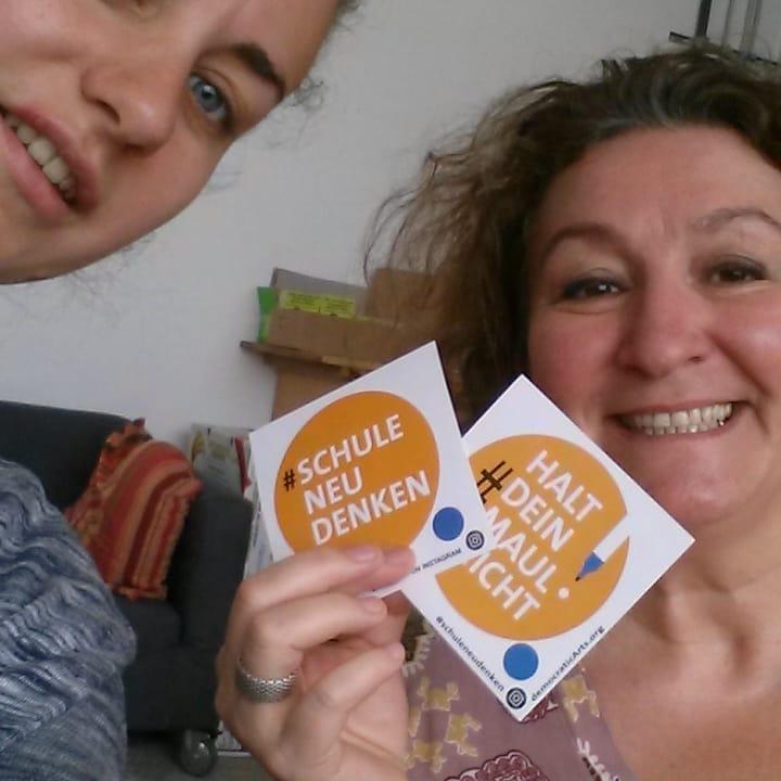 Anja und Christine mit #schuleneudenken Stickern