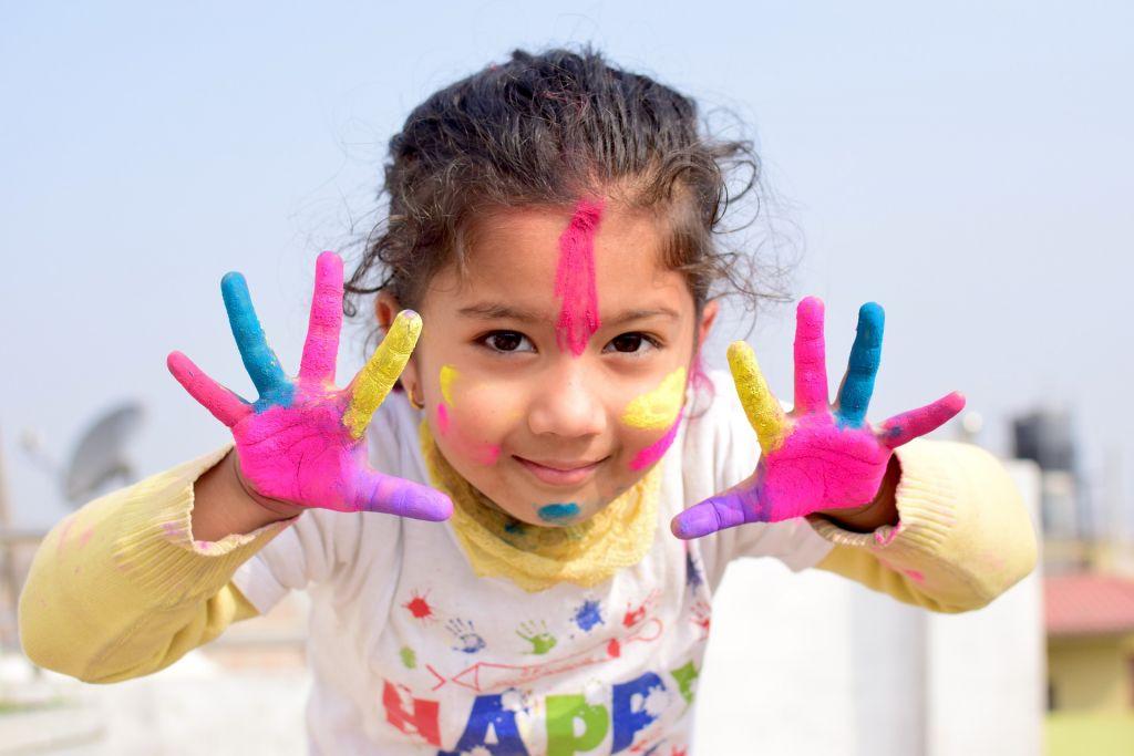 Kind mit Farben an den Händen